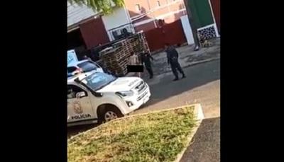 "Hombre de 22 años, totalmente desnudo, hacía ""pasarela"" por calles de Coronel Oviedo"