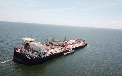 Un buque venezolano con barriles de petróleo se hunde en el Caribe y alertan de un posible desastre ambiental