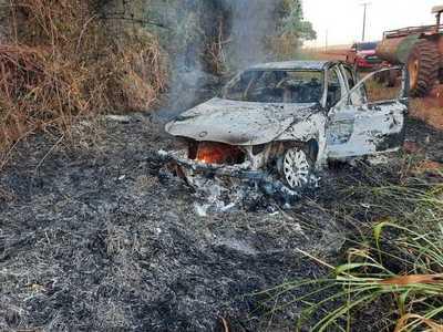 Raptan a vendedor de autos y queman su vehículo en camino vecinal de Tavapy