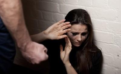Acusan a un hombre por agredir a su pareja sordamuda e hijastra