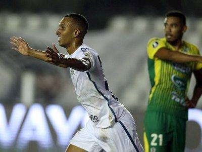 Santos remonta en el descuento y elimina a Defensa y Justicia