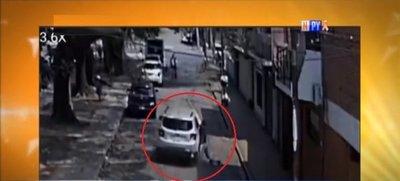 Víctima de robo se colgó del auto del supuesto ladrón