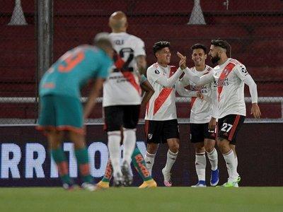 River vapulea a Liga con goles colombianos y toma liderato del Grupo D