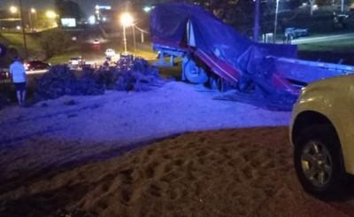 Camión cae de la Ruta PY 02 y vuelca sobre la Avda. San Blas
