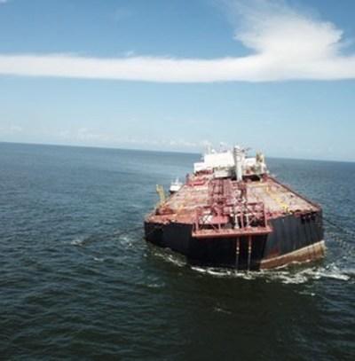 Barco con millones de barriles de petróleo se hunde cada vez más en las costas de Venezuela, que podría desencadenar un desastre ambiental