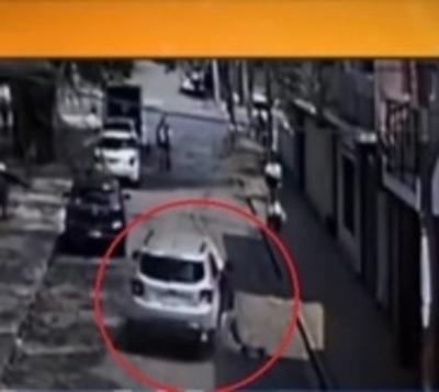 Intentó detener a supuesto ladrón colgándose de su auto