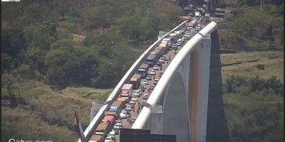 Medida de PRESION de aduaneros paraguayos hace COLAPSAR puerto seco de FOZ