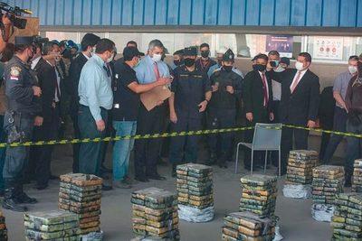 Abdo Benítez verifica droga incautada y resalta fuerte golpe al crimen organizado