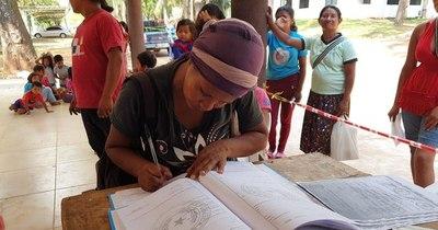 La Nación / Docente da clases a niños de Qupa'y, que no existen para el MEC