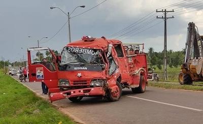 HOY / Carro de bomberos sufre accidente mientras acudía a un servicio en San Pedro del Paraná