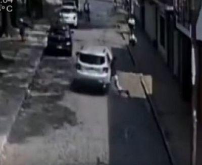 Supuesto estafador arrastró con su vehículo a su víctima por ocho cuadras