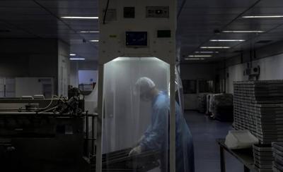 HOY / Oxford seguirá con pruebas de su vacuna pese a morir un voluntario en Brasil