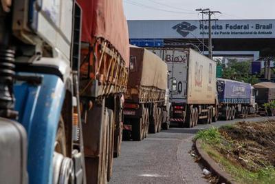 """Cerca de 3 mil camiones """"PARADOS"""" en la frontera"""