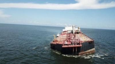 Buque venezolano con barriles de petróleo se hunde en el Caribe