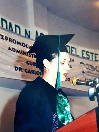 Profesional orgullosa de ser egresada de la primera promoción Contabilidad–UNE