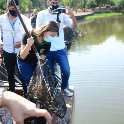 Sembraron 7.000 peces en lago la República en pos de mejorar la calidad del agua