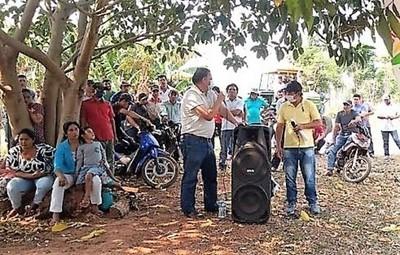 """Ante reveses por """"legalizar"""" invasión, campesinos recurren a favores interesados de políticos oportunistas"""