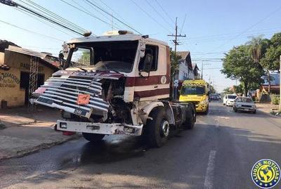 Dos heridos en choque de camiones •