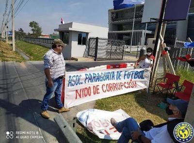 Directivos de Cerro Corá se manifestaron frente a la APF •