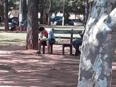 Ladrón fugitivo se sentó frente a comisaría y acabó preso