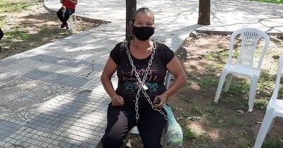 La Nación / Se encadenan en Caazapá porque gobernador prometió merienda escolar y no cumplió