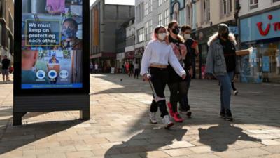 Inglaterra lanza paquetes de ayuda económica para sus habitantes