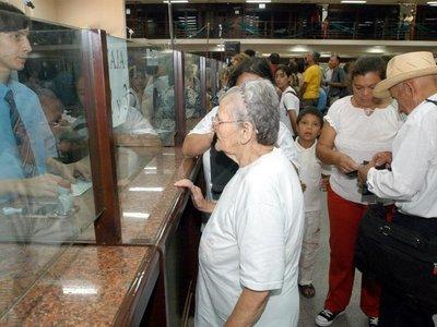Jubilados piden pago del 100% del aguinaldo a la Caja Fiscal