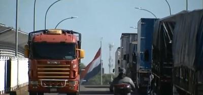 Camioneros esperan hasta UNA SEMANA para cruzar el PUENTE