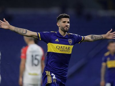 Boca goleó a Caracas y le dio una gran mano a Libertad