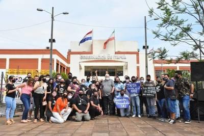 ARTISTAS DE ITAPÚA SE MANIFESTARON FRENTE A LA GOBERNACIÓN