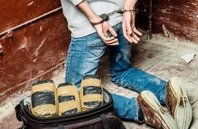 Perdió una bolsa con más de 45.000 dólares en cocaína y llamó a la policía para encontrarla