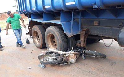 Camión tumba arrolla a motociclista. Infortunado quedó atrapado entre las ruedas del volquete