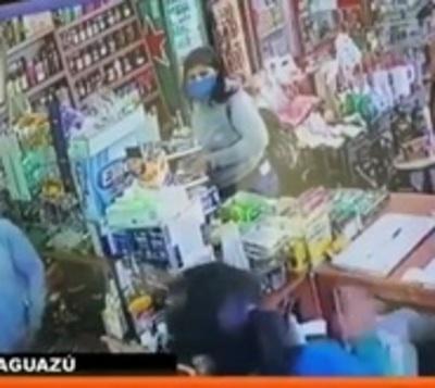 Se hacen pasar por clientes para robar un comercio