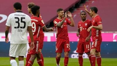 Bayern Múnich golea y queda cerca de la punta
