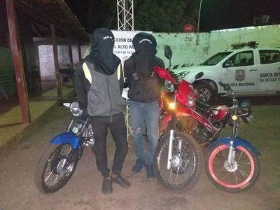 Caen dos jóvenes tras persecución policial en Santa Rita