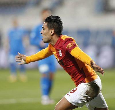Falcao, gol y primera expulsión en Europa