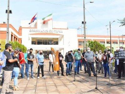 Artistasse manifiestan frente a la Gobernación de Itapúa