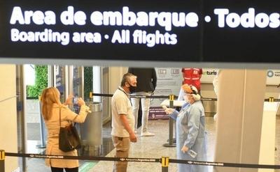 HOY / Argentina abrirá sus fronteras aéreas y marítimas a países vecinos para turismo