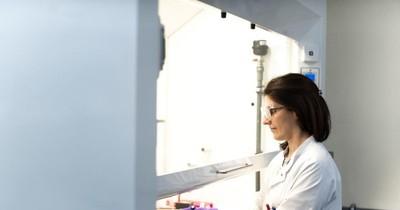 La Nación / EEUU autoriza reinicio de pruebas de AstraZeneca y Johnson & Johnson