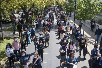 Chilenos salen a votar en referéndum constitucional a pesar de la pandemia