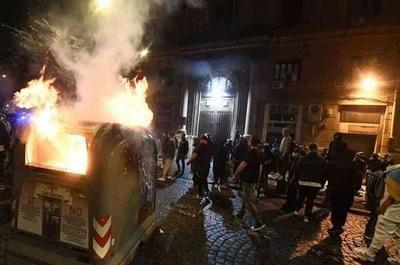 Manifestantes se enfrentan a policías por toque de queda en Italia