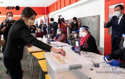 Chilenos salen a votar a favor o en contra de la reforma constitucional en su país