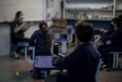 Alumnos del último año retornan a las clases presenciales, según nuevo decreto