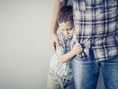 ¿Cómo pueden apoyar los padres a un niño tímido?