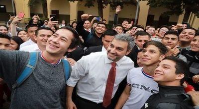 Ejecutivo firma decreto y alumnos del último año podrán volver a clases