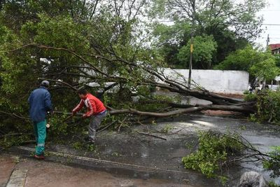 Asunción, Paraguarí e Itapúa son las zonas más afectadas por el temporal