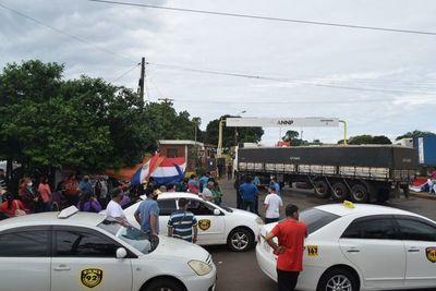 Trabajadores de frontera bloquean acceso a ANNP en Encarnación
