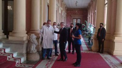 Médicos del HNI reclaman recategorización de salarios para el personal de blanco