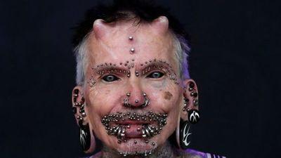 Esta es la persona con más modificaciones corporales, incluidos dos cuernos y más de 450 piercings