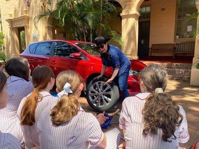 Crónica / Enseñan a las señoritas a cambiar rueda de auto
